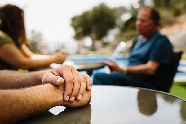 Imagen manos exterior centro terapeutico JSR391801 opt