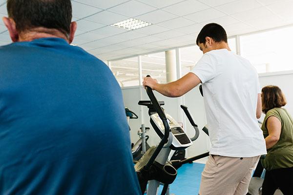Imagen personas gimnasio centro terapeutico JSR392125