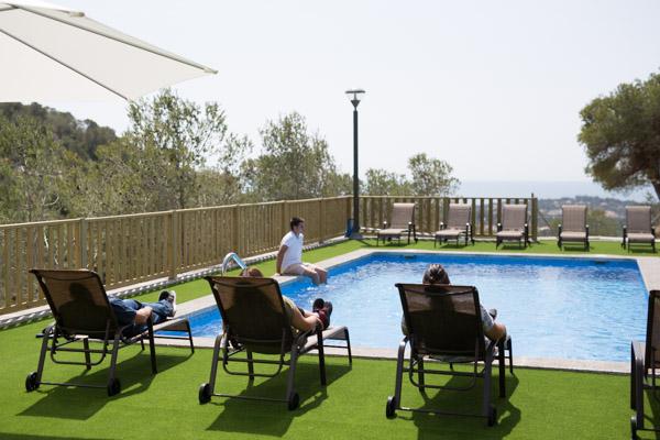 Zona de tumbonas y piscina exterior con vistas al mar