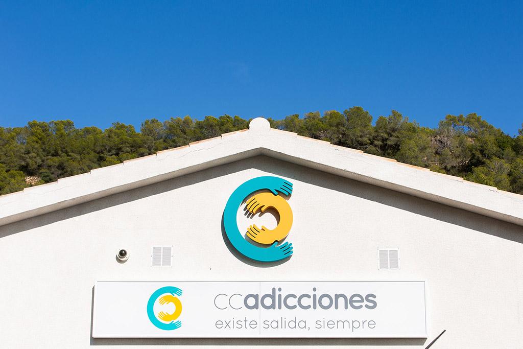 Fachada principal de la clínica CC Adicciones