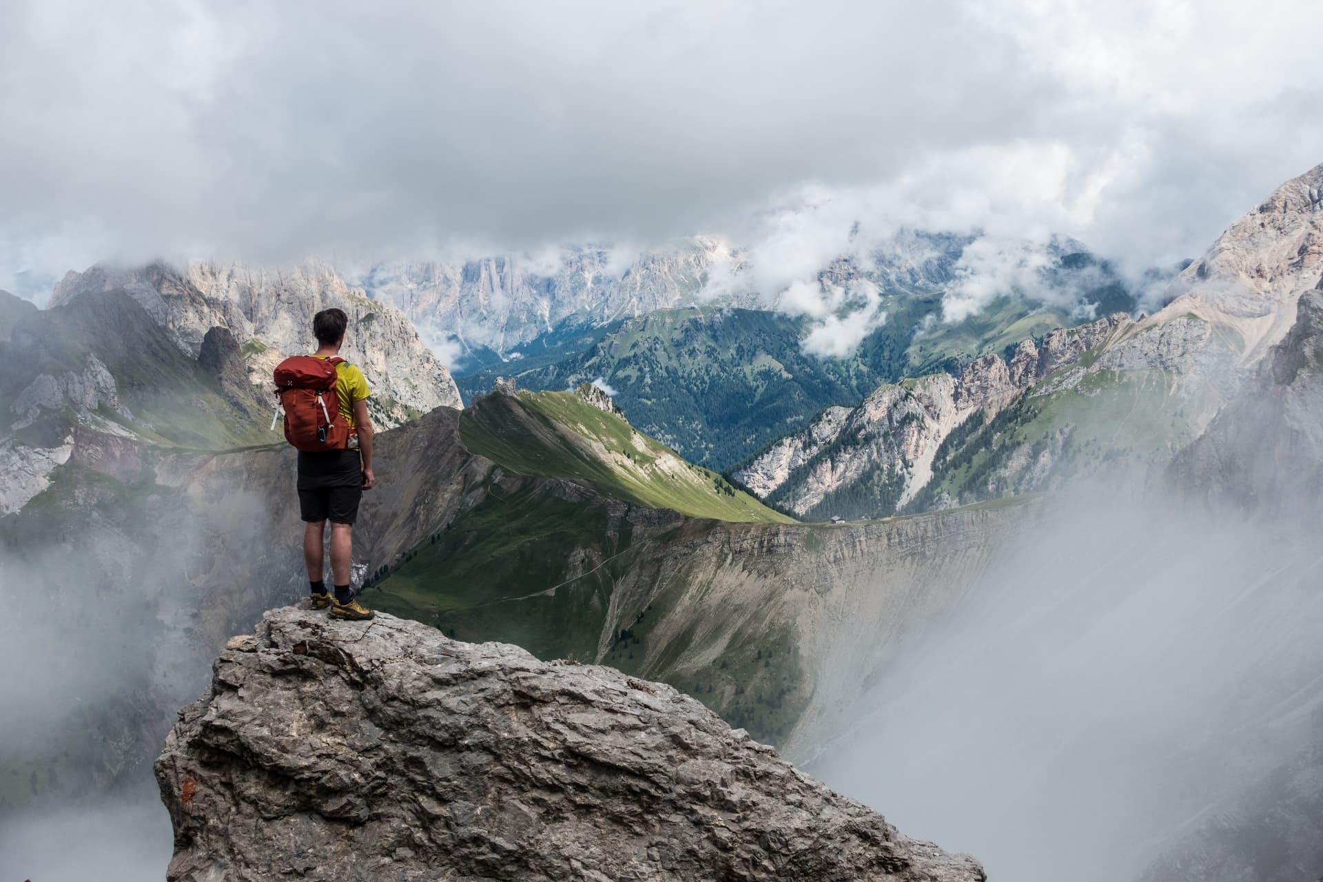 Hombre Contemplando Montañas